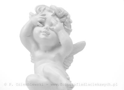 Biała figurka aniołka
