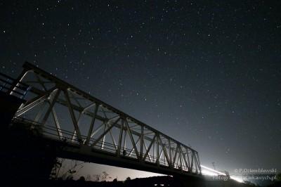 Most kolejowy pod gwiazdami