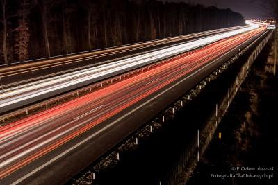 Smugi światła od pojazdów