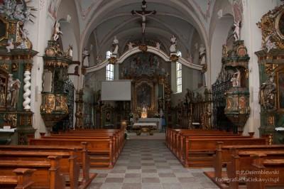 Światło zlampy błyskowej wkościele