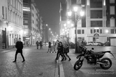 Ludzie chodzą we Wrocławiu