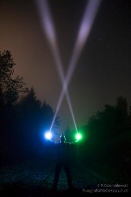 Smugi światła w nocnej mgle