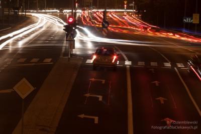 Miasto nocą - smugi światła