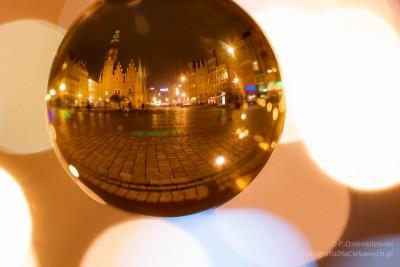 Nocne zdjęcia miasta w szklanej kuli