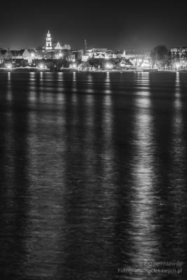 Nocne zdjęcia świateł miasta odbitych w wodzie