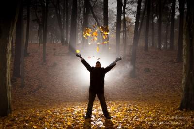 Spadające liście oświetlone lampą błyskową