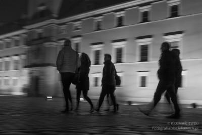 Ludzie chodzą wWarszawie