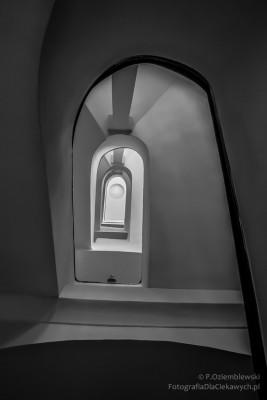 Klatka schodowa - zdjęcie czarno-białe.