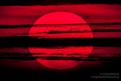 Czerwone słońce wypełniające kadr