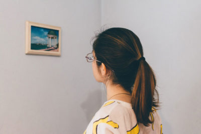 Kobieta patrząca nazdjęcie wramce