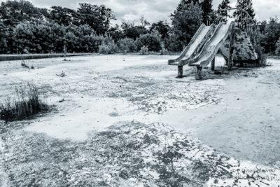 Opuszczony basen - zimna tonacja barwna zdjęcia