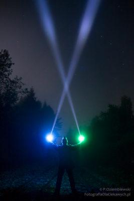 Smugi światła widoczne wemgle