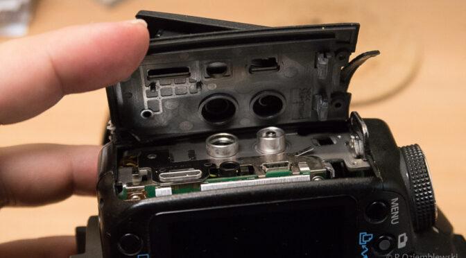 Wymiana klapki zasłaniającej gniazda w Canonie EOS 50D