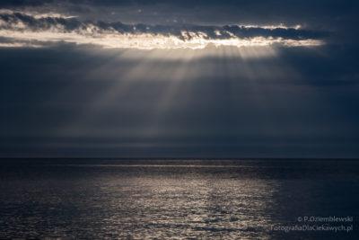 Promienie światła przenikające przezchmury