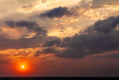 Zachód słońca zmalowniczymi obłokami