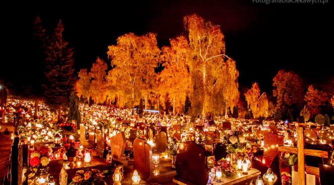 Fotografowanie na cmentarzu w dniu Wszystkich Świętych