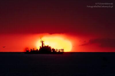 okręt natle słońca ozachodzie słońca