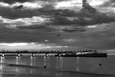 Zdjęcia nocne - molo wKołobrzegu idramatyczne chmury