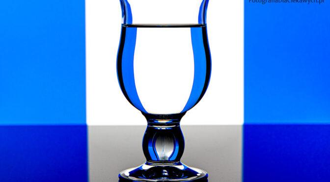 Fotografowanie szkła - białe tło i niebieskie pasy