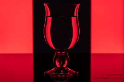 Fotografowanie szkła - czarne tło iczerwone pasy