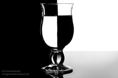 Fotografowanie szkła - czarno-białe tło