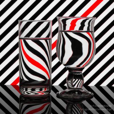 Fotografowanie szkła - tło wpaski zbarwnym akcentem
