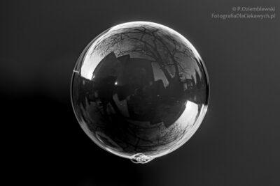 Wersja czarno-białego zdjęcia zbańką mydlaną