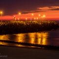 Latarnie mad morzem po zachodzie słońca